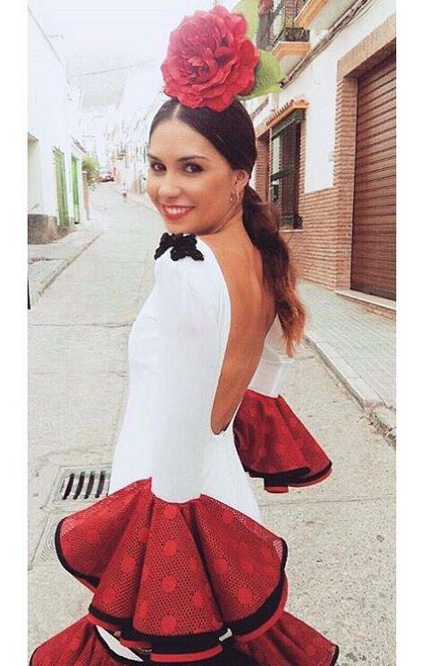 Traje de flamenca blanco con volantes rojos @yleniaruizdu @flamencasconarte