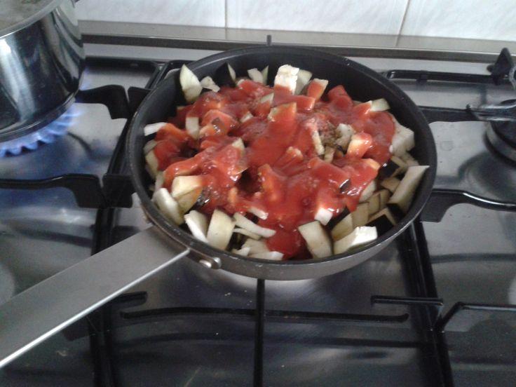 Qui siete tutti bravissimi! Io vado di robe rapide ma anche oggi pranzetto pre lavorativo. Queste erano le melanzane in cottura! Sempre cucinate assieme che è più divertente!