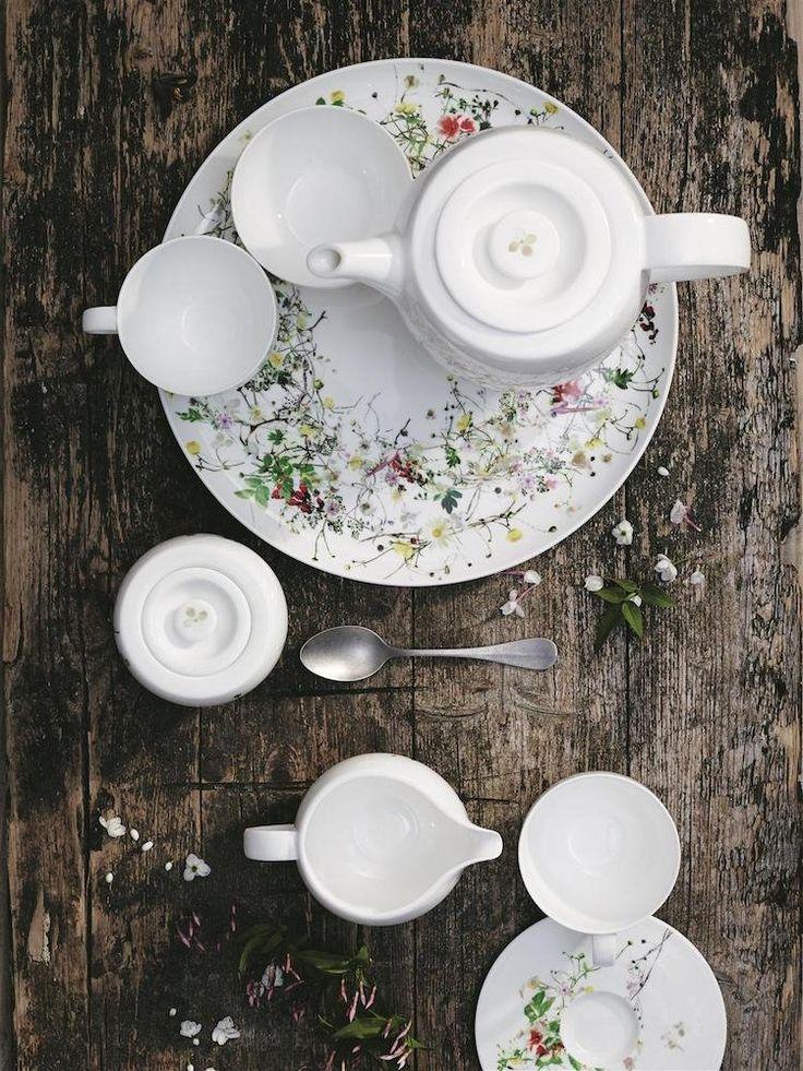 Si estás aburrido de las comunes vajillas de Ikea, estás en el artículo adecuado. La vajilla nos acompaña en buena parte de nuestro día a día, por eso es importante elegir bien sus piezas. Te proponemos esta selección de vajillas completas y artículos individuales de menaje para que le des un nuevo aire a tu cocina esta primavera. Poner la mesa se convertirá en algo divertido con estás vajillas de diseño que puedes encontrar en El Corte Inglés o Amazon. El plato es el protagonista de la… Pink Garden, Plate, Fresh Flowers, Flower Decorations, Bone China, Espresso, Peru, Tablescapes, Dinnerware