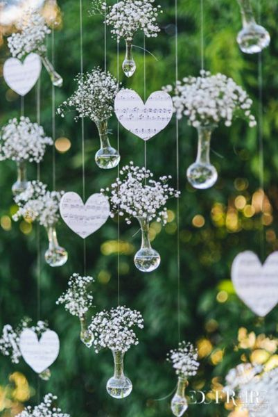 Blumenampeln mit Schleierkraut als Hochzeitsdekoration