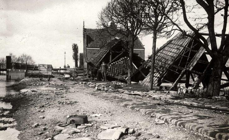 Overstroming. Verwoeste huizen langs de Meerweg bij Buiksloot na overstroming. Nederland, Buiksloot, 1916.