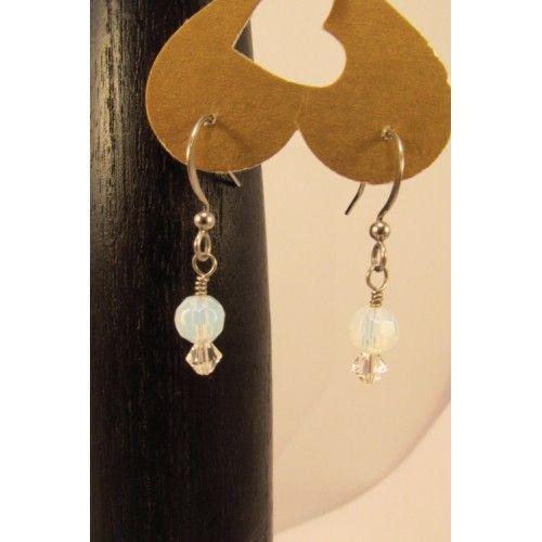 Très mignonnes boucles d'oreilles composées de billes de pierres de lune et de bicones de cristal clair. Création Bijoux Cou de Coeur fabriquée à la main au Québec.