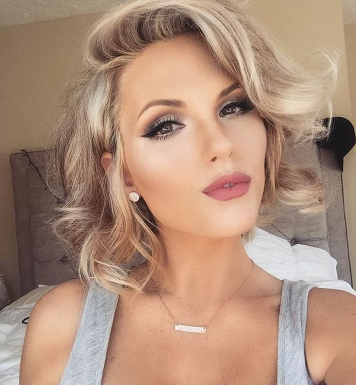 Dezentes Make Up Kurze Blonde Haare Baleage Matt Lippen