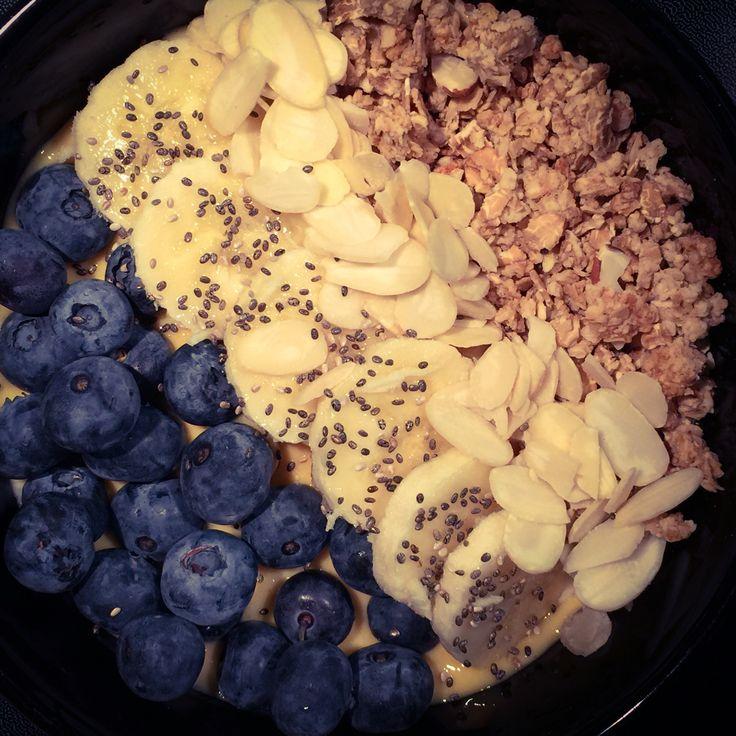 Bol smoothie! (Dans le blender, mélanger 1T. de mangue congelé, 1/2 T. De yogourt, 1 Tbs. Sirop d'erable et 1/4 Tsp de vanille) Mettre le tout dans un bol puis parsemez de bleuet, de banane, 1/2 T. De céréal au choix, 30 ml d'amande, 1 tsp de graine de chia! Dégustez!!!