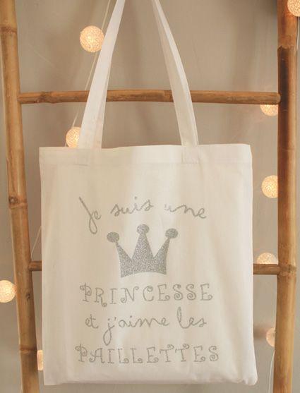 Cécile est la conceptrice de Marcel et Lily des objets plein de poésie et d'humour pour égayer le quotidien.  Cécile offrira ce magnifique tote bag de princesse !  http://marceletlily.fr/