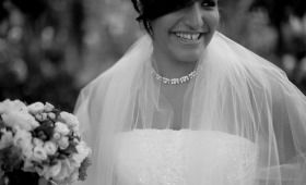 Parce qu'on n'a pas toujours les moyens de s'offrir un maquilleur pro pour son mariage voici 5 conseils en or pour un beau maquillage de mariée maison. Un grand merci à Nicolas Petiot de BeautyByU pour son aide indispensable et ses phrases assassines. Découvrez nos secrets ici : http://www.bechra.com/maquillage-mariee-maison-5-conseils-make-up-mariage-parfait-maquilleur-pro/ #Makeup