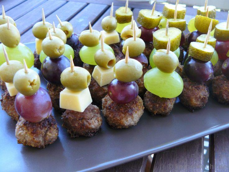 Zutaten für ca. 50 Spießchen + 1 Schüsselchen Bouletten:  2 kg gemischtes Hackfleisch  1 Ei  Pfeffer & Salz  1 EL Paprikapulver (edelsüß)  1 TL Paprikapulver (scharf)  2 Tassen Paniermehl  1-2 EL Öl  100g Gouda  2 Hand voll rote Weintrauben  2 Hand voll grüne Weintrauben  1 Hand voll Oliven ohne Stein  4-5 Gewürzgurken  Senf & Ketchup
