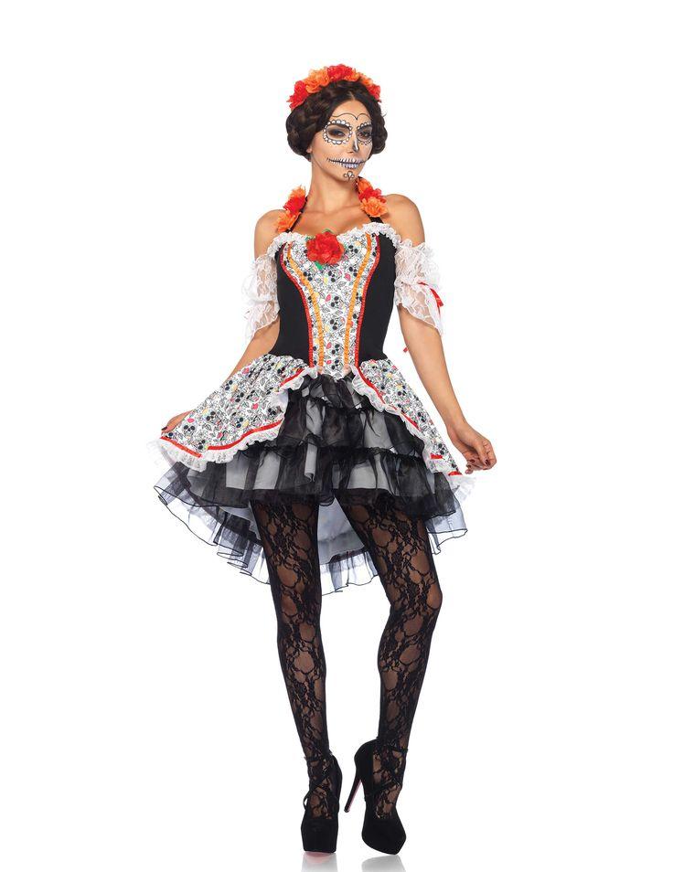 Disfraz calavera Día de los muertos mujer Halloween: Este disfraz con calaveras para mujer incluye un vestido y una cinta para el pelo (medias y zapatos no incluidos). El vestido es corto de color blanco con motivos de calaveras y cintas de color...