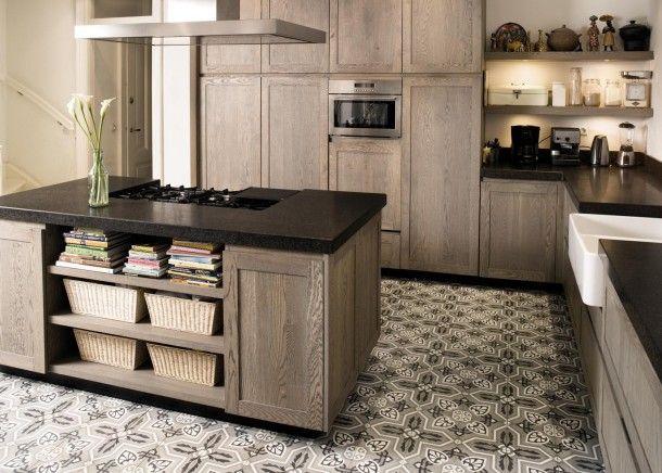 cocina, abierta con isla central para zona de cocción, muebles madera, encimera color carbón, suelo de baldosas hidráulicas