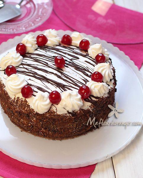 http://www.mafleurdoranger.com/2014/12/foret-noire.html  Ma Fleur d'oranger vous propose un grand classique de la pâtisserie française, la forêt noire.  Le gâteau n'est pas compliqué à faire mais il faut prévoir un peu de temps devant soi, la génoise a été préparé la veille (c'est toujours mieux), le lendemain j'ai fait le montage et la décoration.