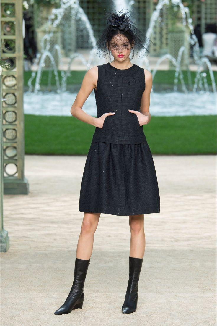 Guarda la sfilata di moda Chanel a Parigi e scopri la collezione di abiti e accessori per la stagione Alta Moda Primavera Estate 2018.