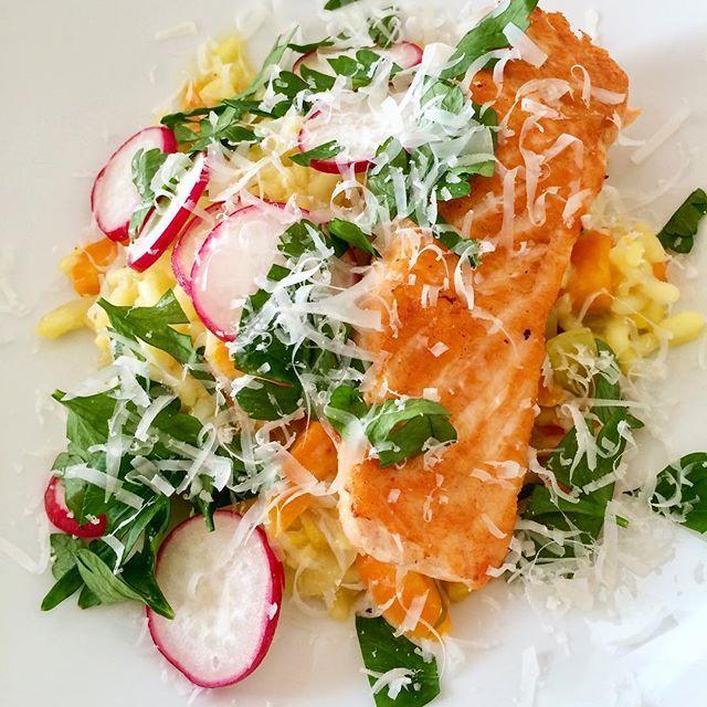 Trenger du tips til middagen, deler jeg nå en oppskrift på bloggen med risotto og laks, en av mine favoritter opp gjennom åra👌🏼😋 #risotto#laks#parmesan#middag#hjemmelaget#middagstips#fiskemiddag#oppskrift#matglede#glutenfri#bramat#godtno#melk_no#matbloggsentralen#nrkmat#matprat#godfisk#dinner#fish#salmon#italianfood#f52grams#food52#ostefrue