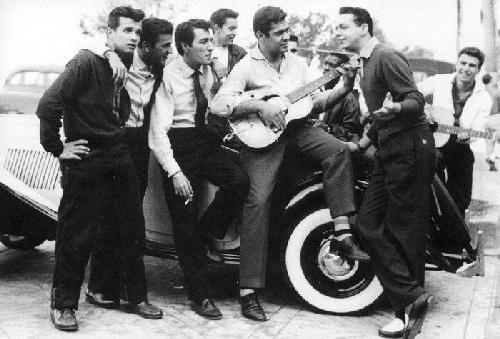 As várias esquinas, até hoje, têm seus turmas de jovens. Nos anos 50 a mais famosa delas foi a daRua Miguel Lemos, onde um líder se destacou,Cristiano Lacorte, que de sua cadeira de rodas movimentava o grupo, comparecendo a todos os eventos deCopacabana