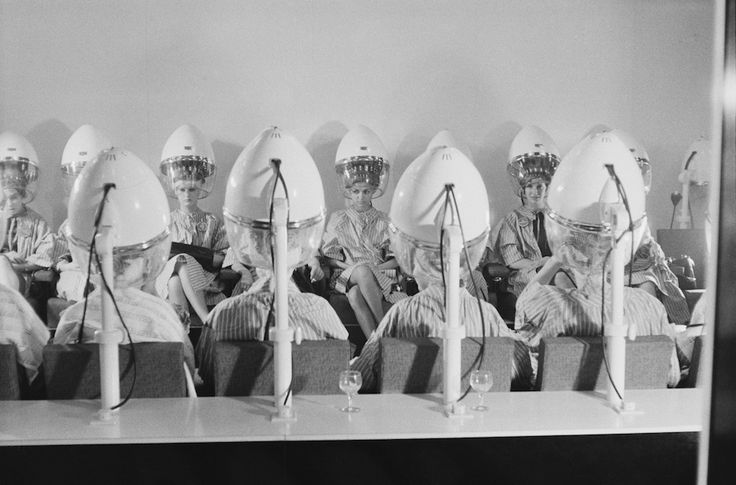 Realtà virtuale Partecipanti di Miss Mondo sotto i caschi del parrucchiere prima che inizi la gara di bellezza, Londra, 7 novembre 1960 (Potter/Daily Express/Getty Images)