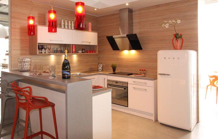 Cuisine design tendance blanche fabrimeuble. Fabrication française. Réfrigérateur Smeg style année 50. Chaise bar Master de Kartell désigné par Philippe Starck.