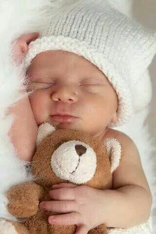 Lieve baby met knuffel beer.