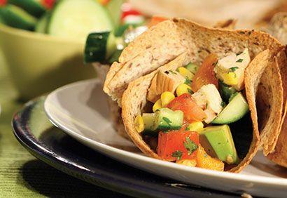 Salade mexicaine, vinaigrette au cumin, dans des bols de tortillas