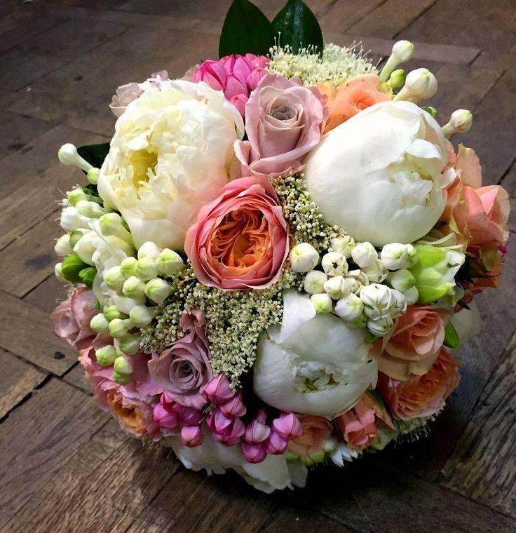 For a special day, a charming wedding bouquet.  Pentru o zi deosebită, e nevoie de un buchet de mireasă încântător!