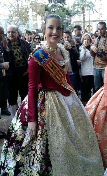Carmen sancho fallera mayor valencia seda color guinda. Falla fallas fallera falleras.