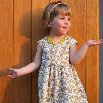 #####Le+patron+pochette#####  La+robe+Lotta+est+une+robe+moderne+avec+une+pincée+d'inspiration+vintage.+Le+patron+offre+plusieurs+variantes,+permettant+la+réalisation+de+modèles+différents+selon+vos+envie+et+la+saison.  *+Patron+papier+en+taille+A1+avec+et+sans+marges+de+couture *+Taille+1+à+10+ans *+Deux+variantes+de+poches+(plaquées,+de+côté,+diagonales) *+Deux+variantes+fermetures+dans+le+dos+(fermeture+invisible,+patte+de+boutons,+boutons) *+Un+code+pour+télécharger+le+tutoriels+...