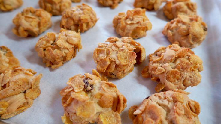 come fare a casa i biscotti ai cereali cornflakes, ricetta semplice e veloce, impasto gustoso con l'uvetta per biscotti da colazione