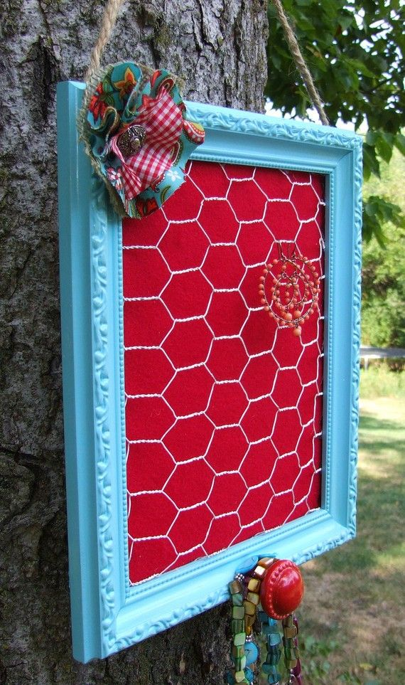 Homemade earring holder--little bit o paint, an old frame, and chicken wire! Brilliant.