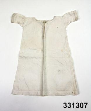 Doll's shift in cotton, Swedish, 1850-'60's. Nordiska Museet, nr. NM.0331307