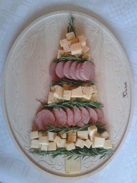 Hapjes kerstboom, idee van Pinterest. Op z'n Hollands met kaas en worst.