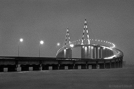 photographie des lumières du pont de st nazaire vu de nuit en noir et blanc