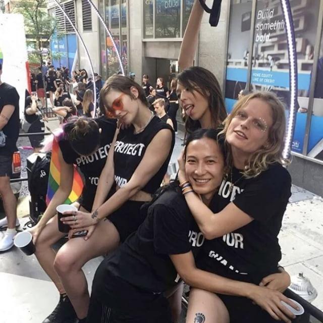 도시를 수놓은 무지개 물결 성소수자(LGBT)들의 권리를 주장하는 축제 '#Pride Parade 2017'가 지난 일요일 뉴욕 샌프란시스코 시애틀 등 미국의 주요 도시와 마드리드 파리 등 전 세계에서 열렸습니다 올해로 48번째인 게이 프라이드 행사는 1969년 6월 뉴욕에서 동성애자에 대한 탄압에 반대하는 대규모 시위가 열린 이후 매년 6월 마지막 주말에 세계 곳곳에서 열리고 있죠 #알렉산더왕 #마크제이콥스 #조나단앤더슨 #스튜어트베버스 등 패션 디자이너들과 슈퍼 모델들이 퍼레이드에 참여했으며 사진작가 #라이언맥긴리 가 그 순간을 기록했답니다 ( @petersom @themarcjacobs @coach @jonathan.anderson @alexanderwangny @ryanmcginleystudios Juyeon Woo) _ The 48th #PrideParade took place in cities including #NewYork #SanFrancisco…