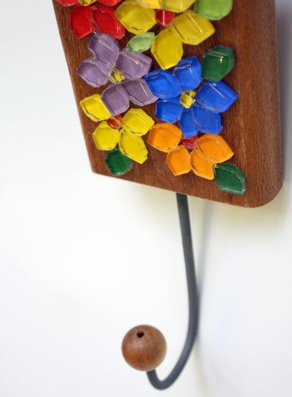 Um verdadeiro jardim de flores coloridas e alegres dentro do seu lar. <br>É esse sentimento que esse cabideiro em madeira maciça irá transmitir ao ser utilizado em sua casa para organizar diversos objetos. <br>Ele pode ser utilizado na entrada da sua casa para que você possa colocar a sua bolsa do dia-a-dia, mas também pode ser colocado no lavabo, ou no seu quarto, enfim, em qualquer lugar, ele cai bem e lhe auxilia na organização.
