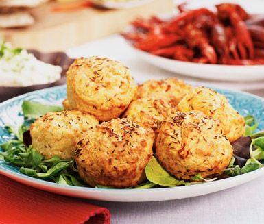 På under trekvart bakar du dessa härligt kryddiga ostmuffins. De passar jättebra…
