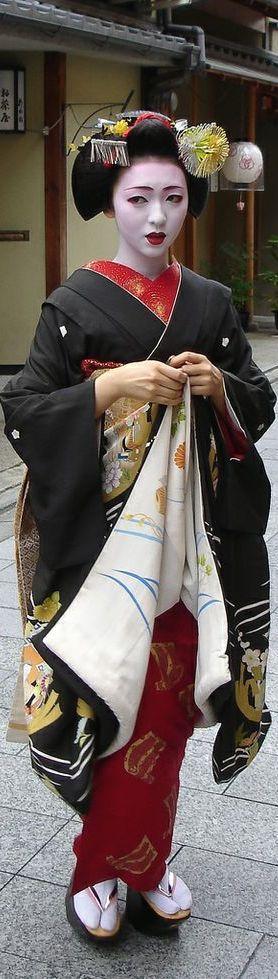 Kikutsuru - which is the name of this maiko, I guess.  Kiku is chrysanthemum and tsuru is crane.  Lovely.