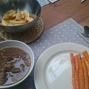 Recept: stoofvlees in bier met worteltjes uit de oven en gebakken aardappels