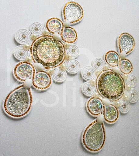 Brinco em fio branco e dourado! facebook.com/lojapuroestilo