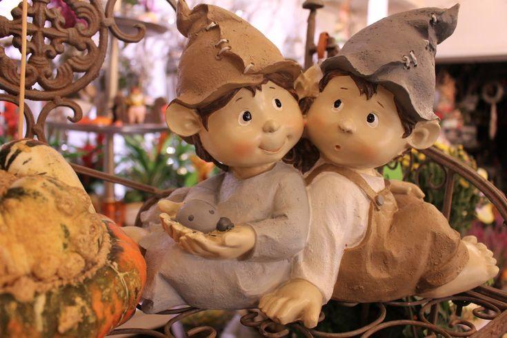 JESEŇ 2015 Aj tento rok máme pre vás čerstvé jesenné kvietky, krásne jesenné venčeky na dvere, rozprávkové figúrky, šáločky, najlepšie voňavé sviečky Yankee Candle, lampáše, črepníkové kvietky do interiéru aj exteriéru, aranžmány na Váš stôl a prírodné mydlá s bambuckým maslom. Tešíme sa na vašu návštevu!