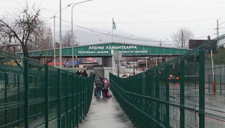 11 участников тура вынуждены были вернуться в Якутию. Пограничники в Сочи не пропустили в Абхазию часть детской туристической группы из Якутии. Организаторы тура не оформили доверенности от родител…