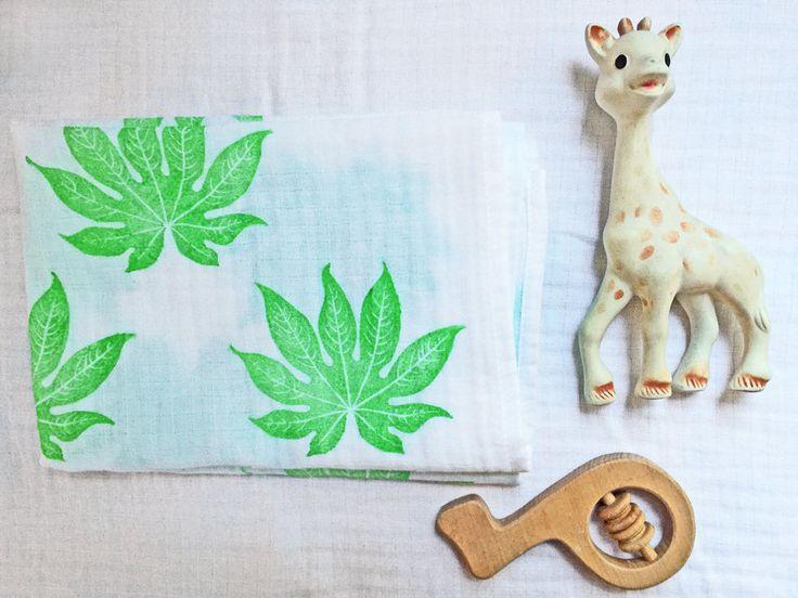 Ce lange pour bébé est imprimé à la main d'un motif de feuille dAralia du Japon ou Fatsia japonica, un modèle unisexe créé pour un bébé qui aime la