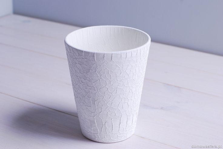Piękna biała doniczka, która wyróżnia się ciekawą fakturą powierzchni.  Piękna ozdoba salonu, ogrodu i tarasu. Idealna dla miłośników minimalizmu.