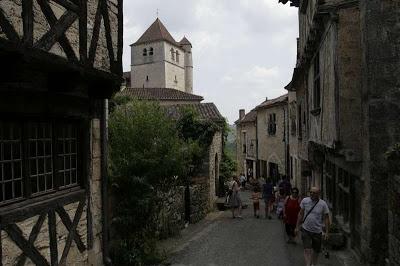 Straatje in Saint Cirq-Lapopie, het prachtige dorp aan de Lot in Frankrijk. De huizen zijn in de twintigste eeuw hersteld door kunstenaars.