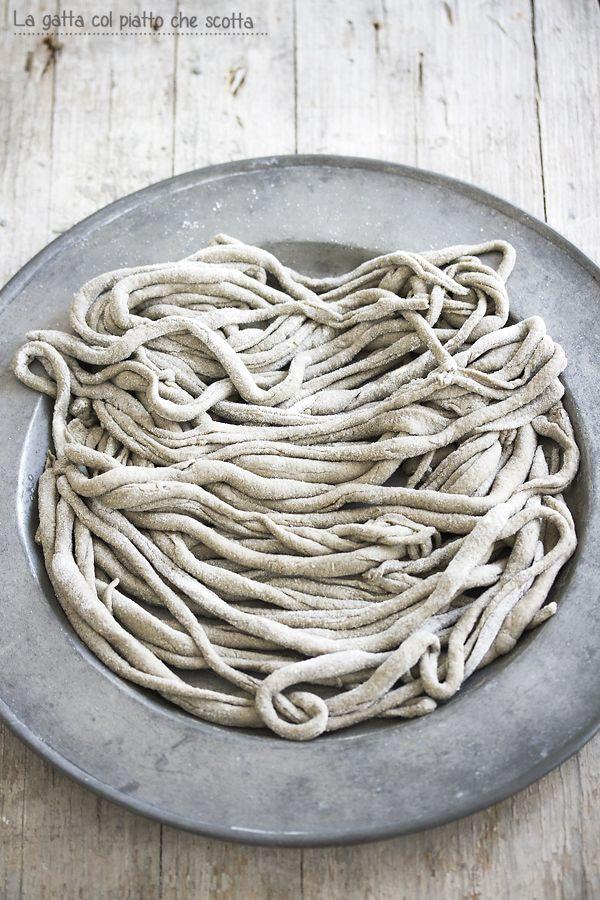 Questa ricetta è di pasta fatta in casa con una farina alternativa, la farina di grano arso che ho usato per i pici toscani conditi con il classico sugo all'aglione