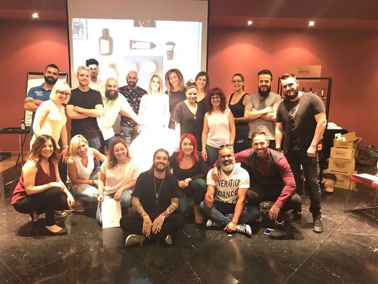 Fotos de grupo de la formación de EB DEPOT - The Male Tools & Co de la mano de Alberto Cordoba Perruquers1999. ¡Un día muy creativo y productivo! Teórica y práctica de un corte, ritual de barba y afeitado, ¡además de un concurso creativo de barbas! ¡Un placer compartir esta experiéncia con todos vosotros! #ebbeautygroup #depot #formación #barbería #barber #creacion #inspiracion #EBxperience #EBeducation