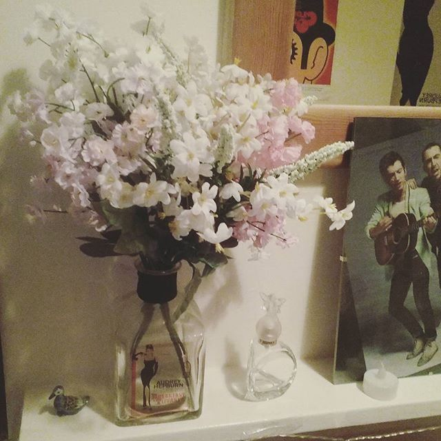 thedollyinahat/2016/11/26 01:30:50/🦄🦄🦄 #bedroom #flowers #floral #audreyhepburn #breakfastattiffanys #happy #cosy #decor #uniroom #loveit #tlsp #alexturner #bandposter #clockworkorange #cultfilms #indie #grunge #alternative #happyplace