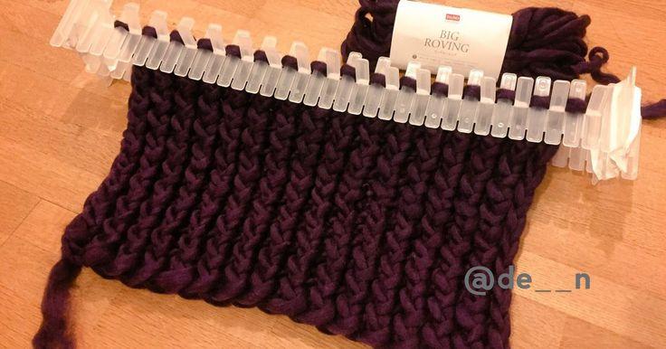 百均の間仕切り板で、太い毛糸が編める大きなニットメーカー。 使った間仕切りプレートは、ダイソーの商品。他店よりもこの商品の方が角が丸いし厚みとか幅とかも丁度良いし手で曲げやすそうな素材感。