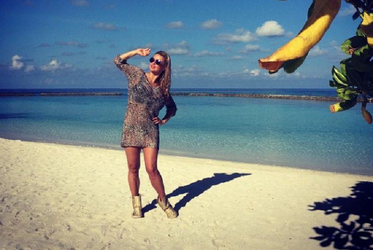 Певица Анна Семенович выложила в свой Инстаграмм новые фото с летнего отдыха в Греции. На одном из снимков она запечатлена в черном слитном купальнике, подчеркивающем ее соблазнительный силуэт. Позирует она и на яхте, и на пляжных солнечных местах. Счастливая отдыхающая певица рассказала о поездке на море поклонникам. По ее словам, люди с душевным внутренним светом,…