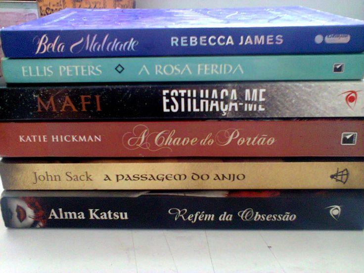 Poesia de Lombada é a arte de escolher e fotografar os livros empilhados de forma que os títulos possam ser lidos como um poema. Já fiz um post sobre isso (aqui). Agora é minha vez de tentar! =D A…