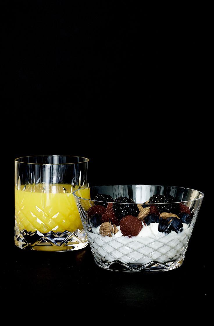 Crispy Bowl 2 er en perfekt skål til forskellige serveringer. Den kan bruges til morgenmaden, eftermiddagsfrugten eller til aftenens lækre snacks. Skålen er udført i ekstremt holdbart, blyfrit krystalglas, som er fri for giftige tilsætningsstoffer. De certificerede råvarer sikre glasskålen en ensartet klarhed og glans. Den er designet til at blive brugt og kan tåle maskinopvask på glasprogram. Crispy serien er smukt dansk design i holdbare materialer, som pynter i bordopdækningen.