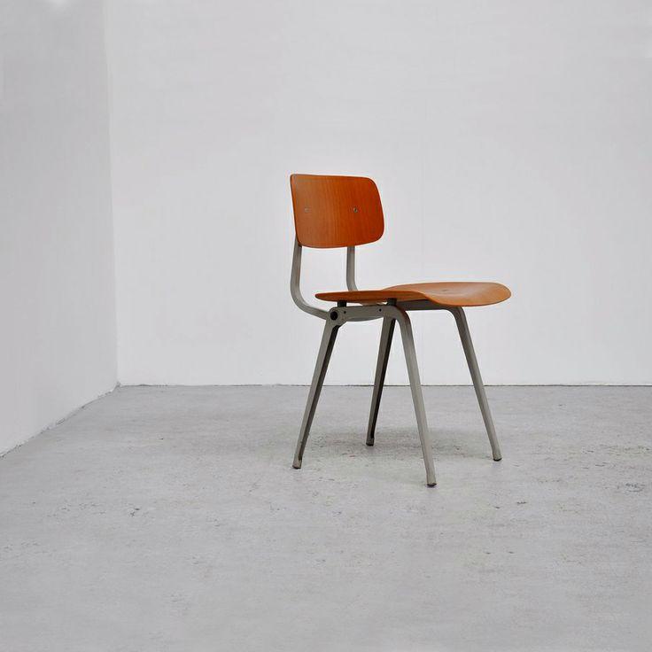5 + 1 Tijdloze #top designstoelen - Revolt stoel – Friso Kramer (1953): Een stalen #frame met een harde, houten #zitting en #rugleuning. Meer is de degelijke #Revolt #stoel van Friso #Kramer eigenlijk niet. Toch hebben miljoenen Nederlanders er ongemerkt op school, in kantines, bibliotheken en wachtkamers op gezeten.