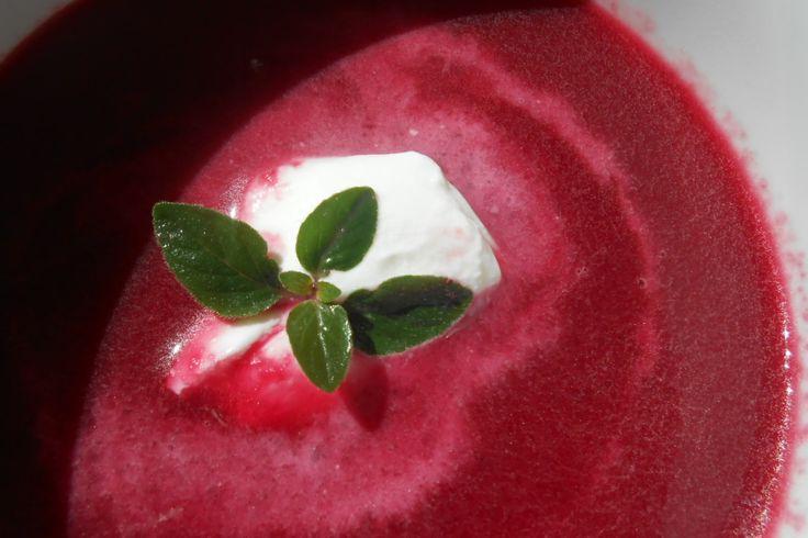 Polévka z červené řepy(cibule,vývar kys.smetana,tymián)