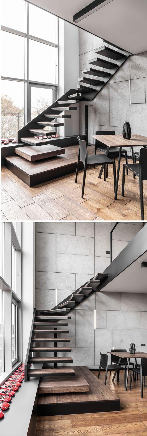 Esta escalera que conduce hasta el nivel del entresuelo se hace de acero negro y peldaños de la escalera de madera.